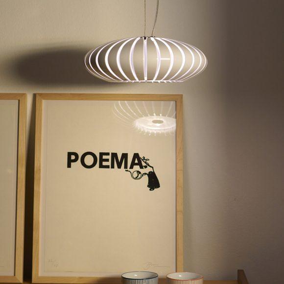 Maranga, une suspension munie d'un abat-jour constitué de 32 lamelles en forme de tranche qui s'emboitent en laissant passer la lumière par ses fentes