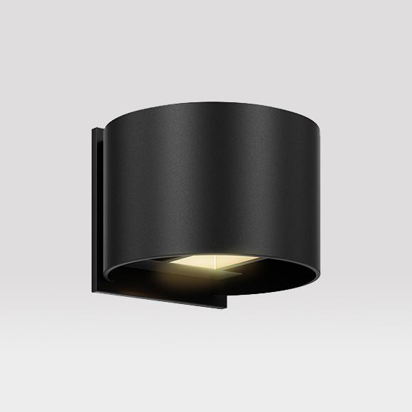 Cube Split est luminaire mural extérieur qui vous permet de contrôler le faisceau lumineux du haut indépendamment de celui du bas