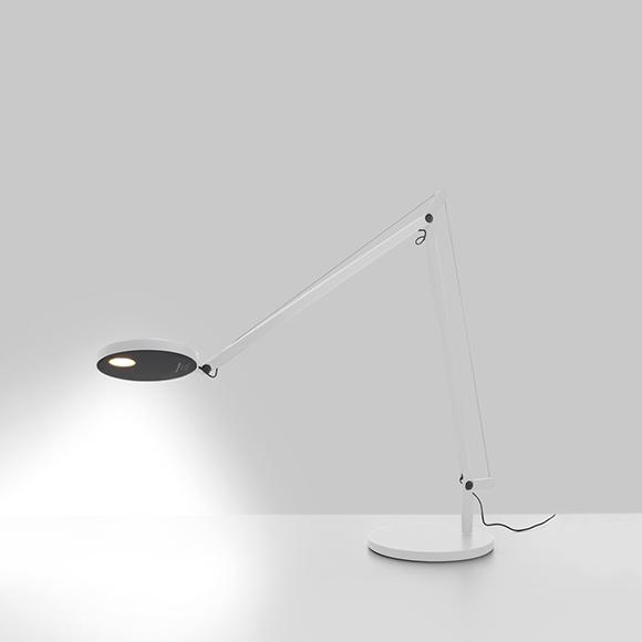 Demetra d' Artemide est une lampe de bureau au design racé et d'une grande qualité, elle est disponible en deux tailles, en finis gris anthracite ou blanc.