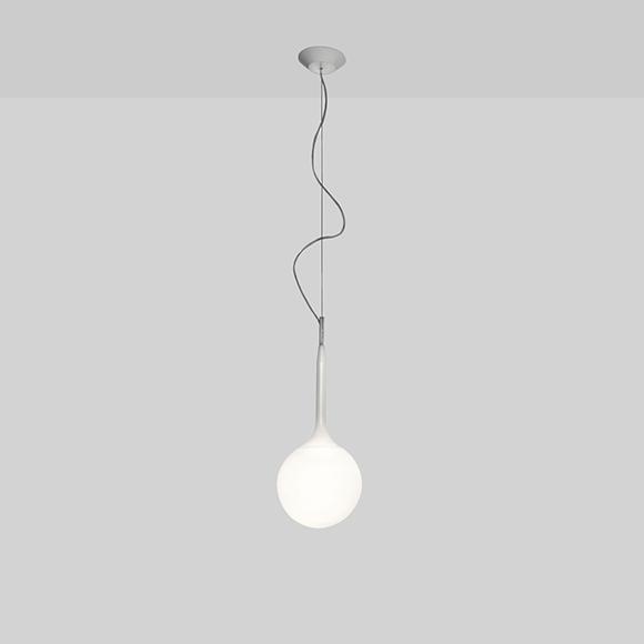 Castore d'Artemide est luminaire suspendu, fait de verre soufflé blanc opaque, assurant une diffusion tres douce de la lumière. disponible en quatre tailles.