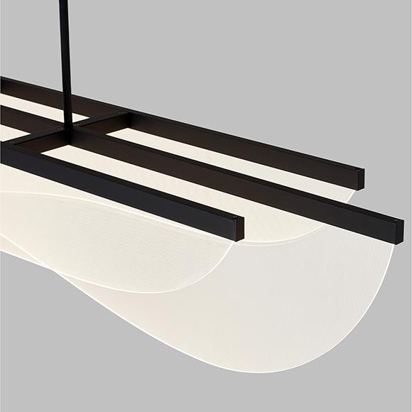 Nyra Suspension Linéaire LED représentant des vagues lumineuses somptueusement superposées, offerte en deux tailles et deux finis.