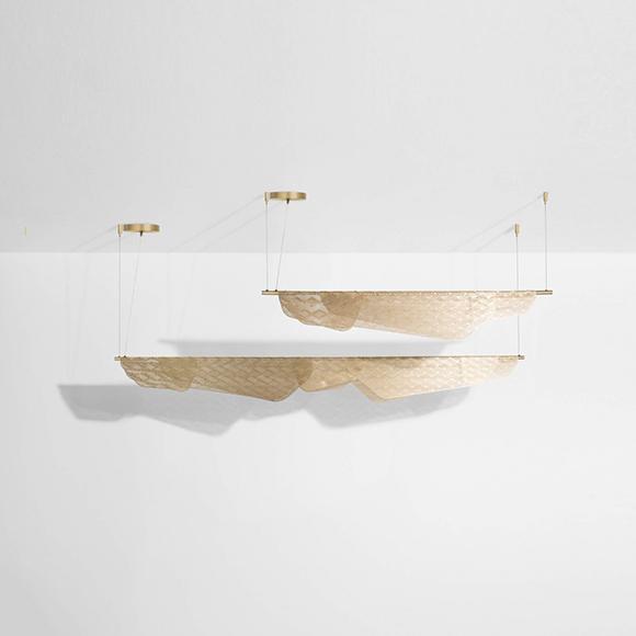 Miditerranea une linéaire de Petite Friture inspirée du linge flottant d'un balcon méditerranéen, offerte en deux tailles et trois finis.