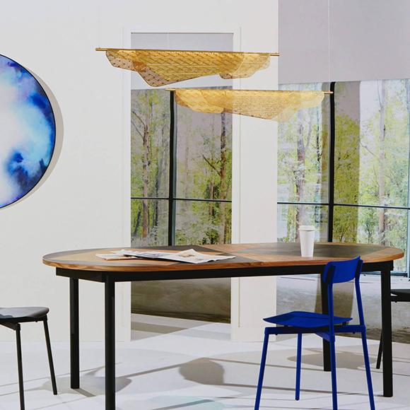 Miditerranea Petite Friture, un luminaire inspiré du linge flottant sur une corde d'un balcon méditéranéen, disponible en deux tailles et trois finis.