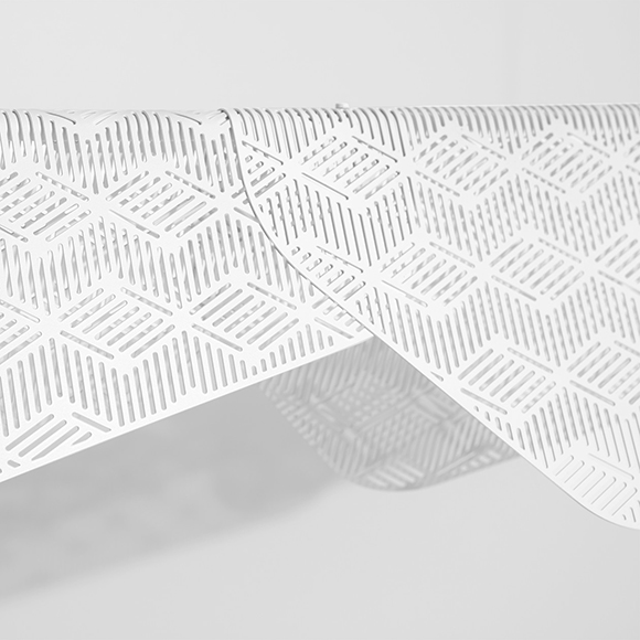 Miditerranea linéaire de Petite Friture, luminaire inspiré du linge flottant sur une corde d'un balcon méditerranéen, offert en deux tailles et trois finis.